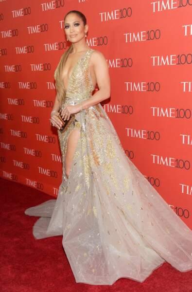 Jennifer Lopez en robe dorée Guess