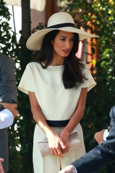 Pour son mariage avec George Clooney le 29 septembre, Amal Alamuddin rayonne dans un ensemble crème et chapeau chic