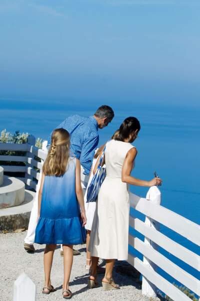 Pour l'occasion, Letizia d'Espagne portait une robe écru cintrée qui marquait sa taille