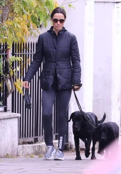 Promenade sportive pour Pippa Middleton et ses deux chiens, à Londres, le 10 décembre 2018