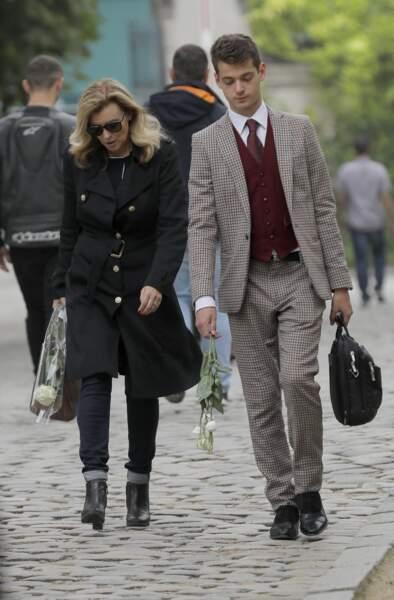 Mère et fils sont venus avec une rose blanche à la main