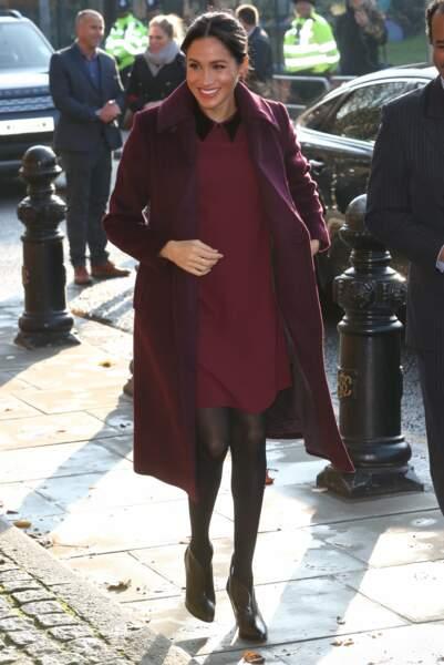 Meghan Markle très chic adore la couleur prune qui met son teint en valeur
