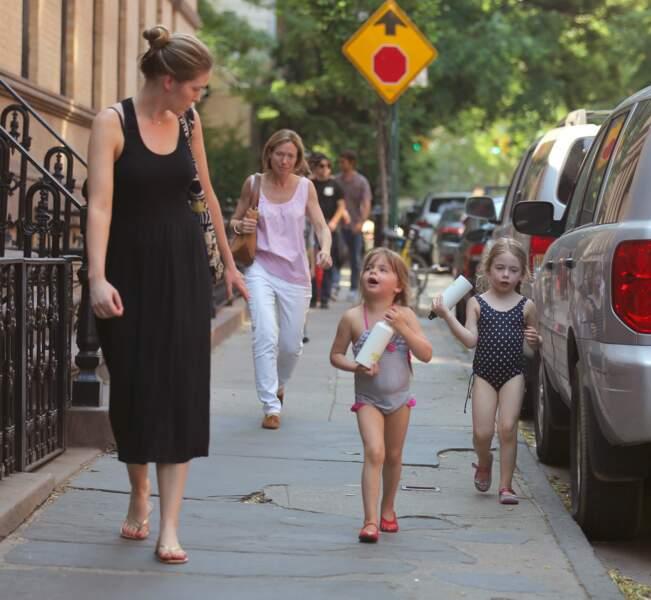 Tabitha et Marion Broderick en maillot de bain, l'été, sur la 6e avenue.