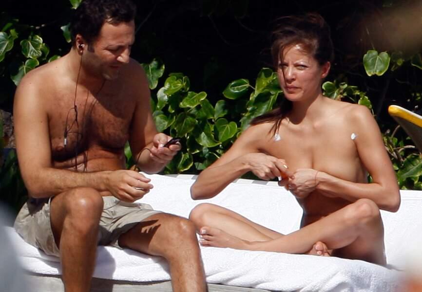 Arthur en vacances sur l'île de Saint-Barthélemy avec sa compagne Caroline en décembre 2008.