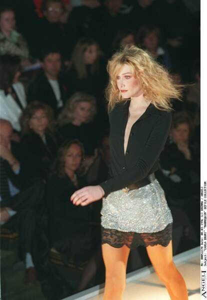 Carla Bruni et ses cheveux blonds gauffrés, sur le défilé Versace à Milan en 1996