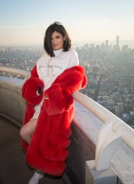 Kylie Jenner emmitouflée dans sa fourrure écarlate