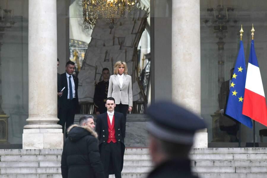 Brigitte Macron très sobre sur le perron de l'Elysée pour accueillir Angelina Jolie