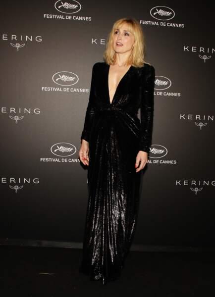 Julie Gayet était tout simplement divine dans cette tenue signée Yves Saint Laurent