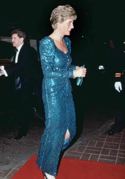 La tenue de la princesse Diana en robe longue scintillante et fendue en 1990 dont Meghan Markle s'est inspirée
