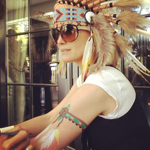Laeticia Hallyday, avec une coiffe Navajo, lors d'une fête à Los Angeles en 2013