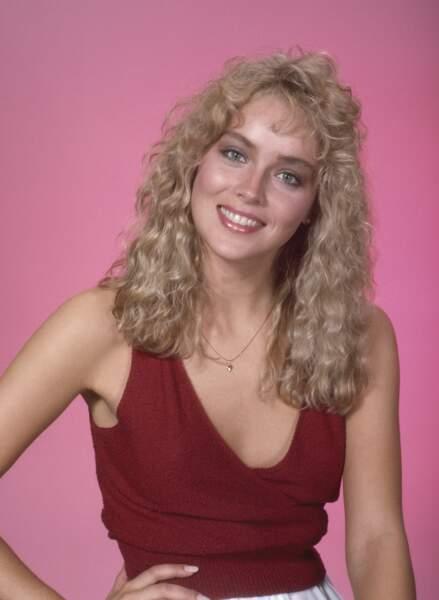 Sharon Stone à ses début en 1980, ses cheveux sont alors en carré long et frisés