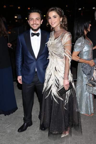La reine Rania de Jordanie radieuse au Met Gala en 2016 venue avec son fils le prince Al Hussein Bin Abdullah II