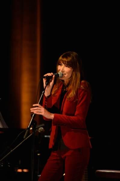 Sur scène en 2013 en région parisienne, en costume en velours rouge