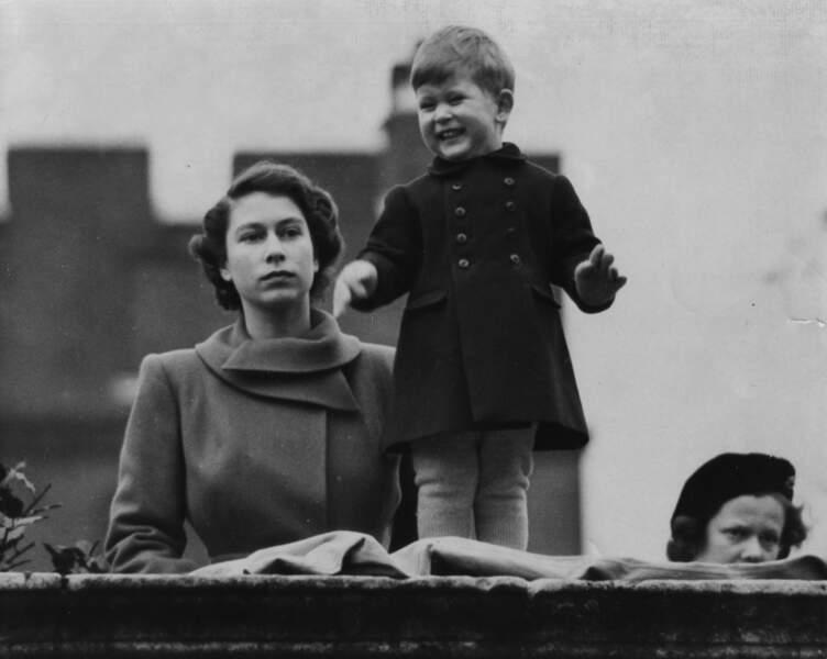Elizabeth et Charles assiste au cortège pour la visite de la reine Juliana des Pays-Bas à Londres en 1950
