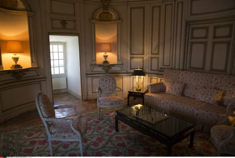 L'un des salons du fort de Brégançon, où Emmanuel et Brigitte Macron passent leurs vacances