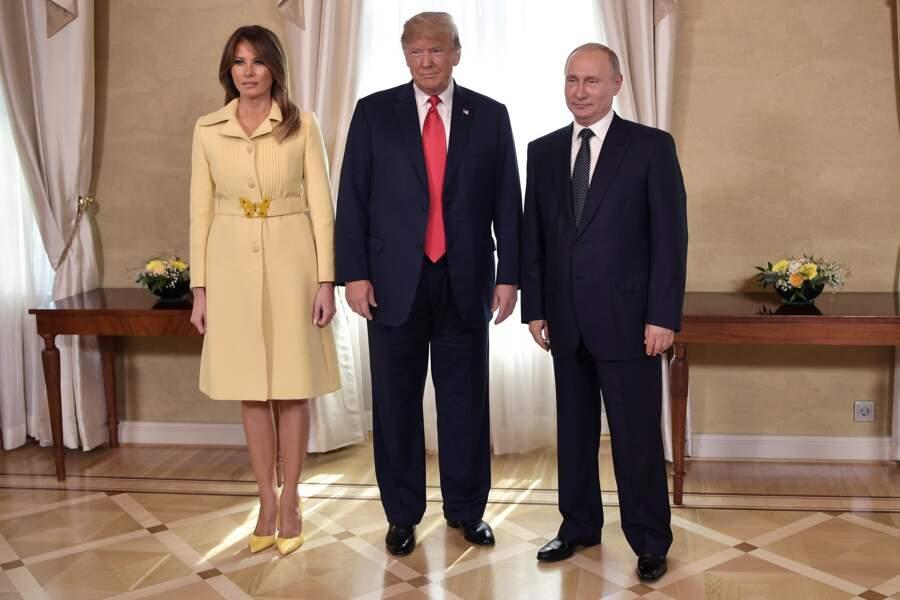 Melania en manteau jaune  à ceinture papillon Gucci, lors d'une rencontre avec Vladimir Poutine le 16 juillet 2018