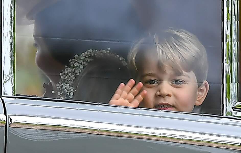 Le prince George fait coucou depuis la fenêtre au mariage de sa tante Pippa Middleton le 20 mai 2017
