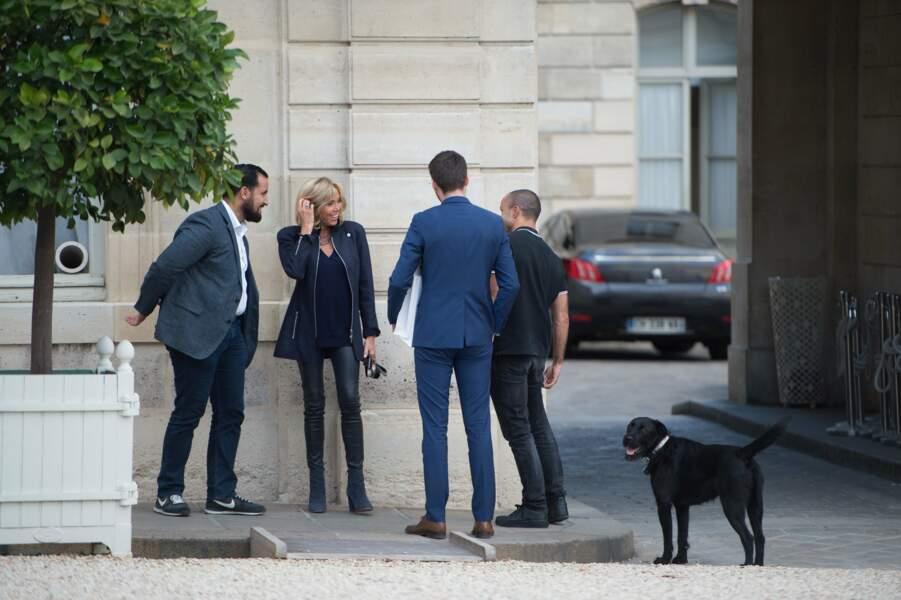 Brigitte Macron n'a pas eu peur de promener Nemo en portant des bottines à talon