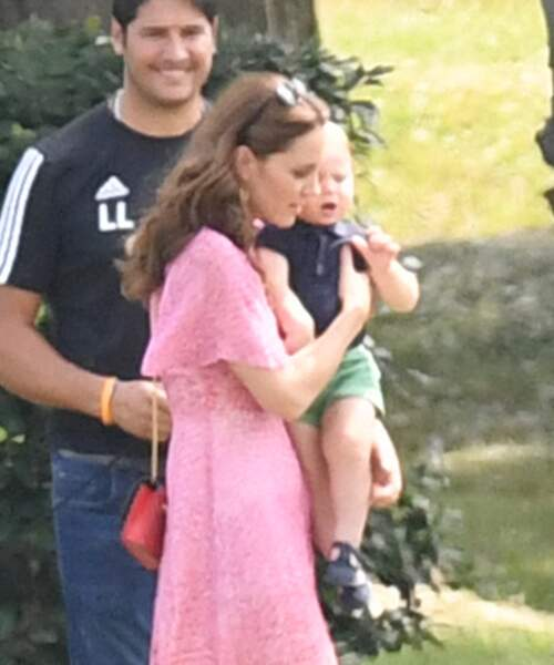 Kate Middleton porte tendrement dans ses bras le petit Louis