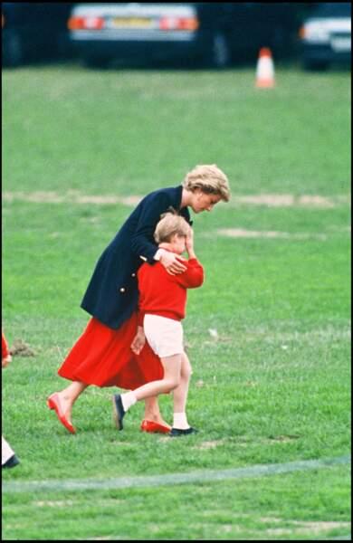 La princesse Diana console le prince William sur un terrain de football, le 12 juin 1990 à Londres
