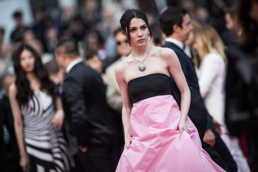 Maya Henry en robe Celia Kritharioti et bijoux Bulgari sur le tapis rouge de Cannes, le 20 mai 2019
