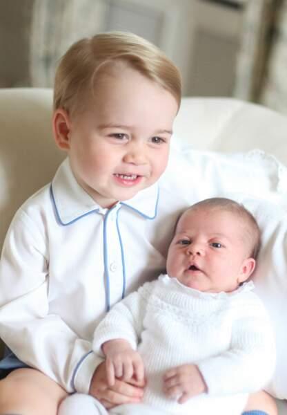 Baby George grand frère tendre de la dernière née, la petite Charlotte