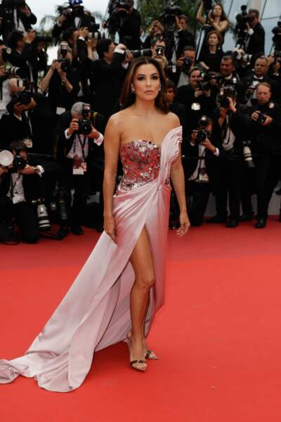 Eva Longoria est petite mais aussi la robe jambe nue