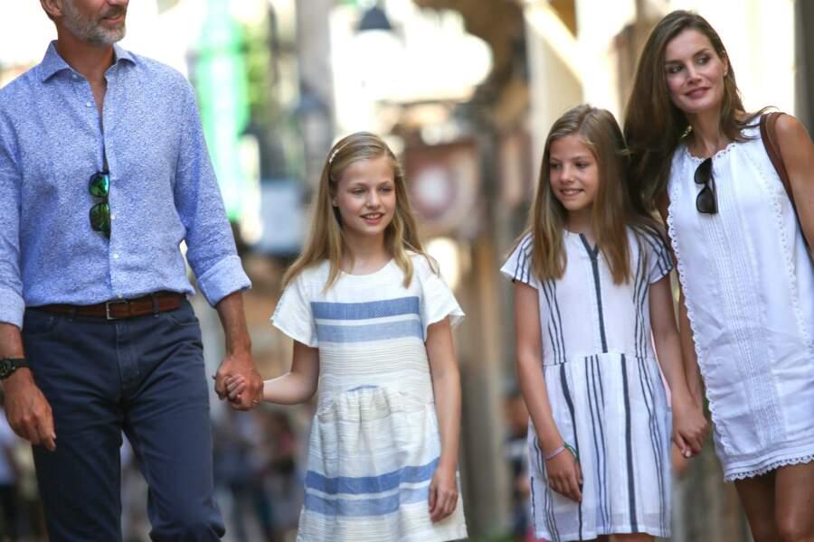 Le roi Felipe VI et Letizia d'Espagne avec leur deux filles déambulent dans les rues de Soller