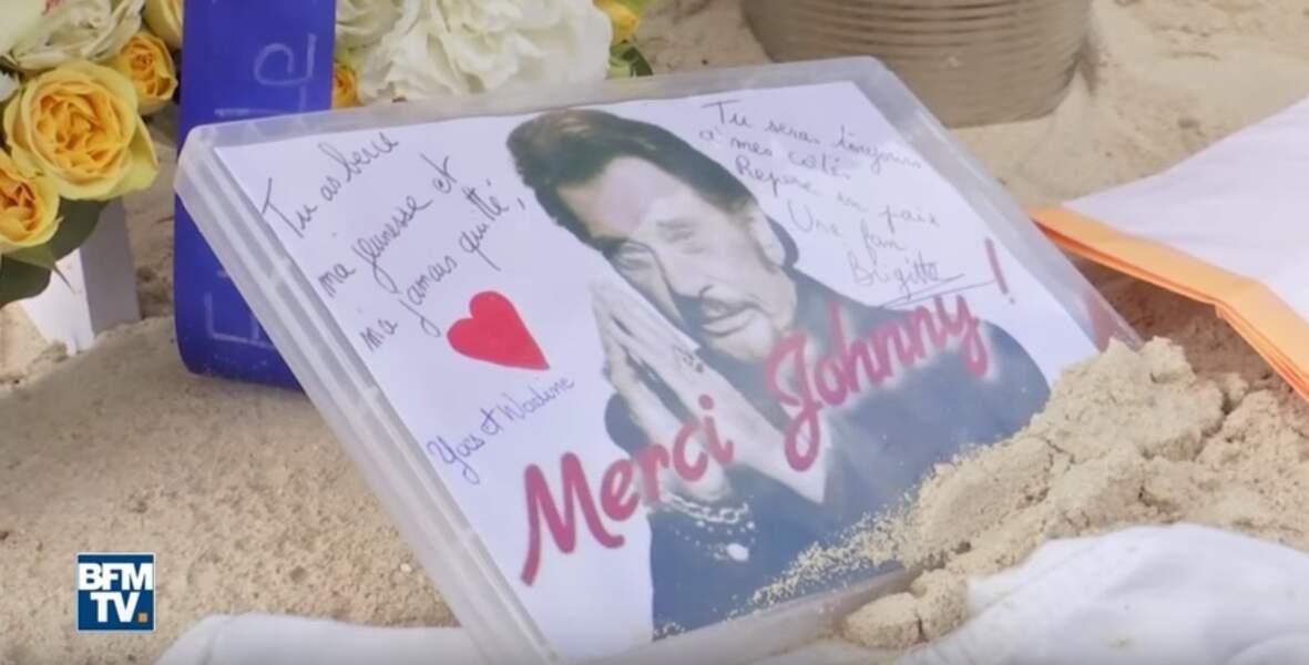 La tombe de Johnny Hallyday à Saint-Barthélémy décorée par ses fans
