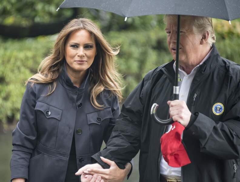Melania Trump cherche une place aux côtés de son mari sous le parapluie