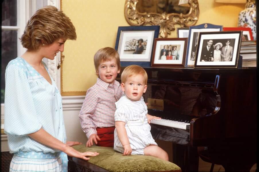 Diana, le Prince William et le Prince Harry à Kensington en 1985