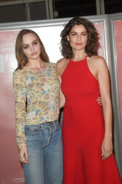 """Lily-Rose Depp pose aux côtés de Laetitia Casta, sa partenaire dans le film """"L'Homme fidèle""""."""