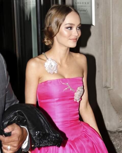 Lily-Rose Depp porte un chignon bas vintage