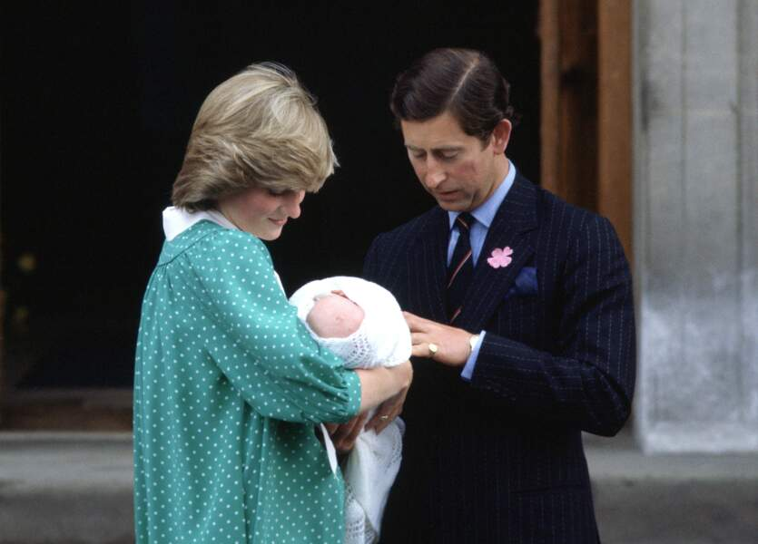La princesse Diana et le Prince Charles quittent le St Mary's Hospital avec William, le 22 juin 1982