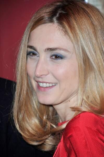 Zoom sur le beauty look de l'actrice, teint nude, lèvres rosées et yeux ourlés de bleu. Simple mais efficace