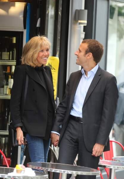 Emmanuel Macron et sa femme quittent la Maison de la Radio et vont déjeuner à Montmartre le 4 septembre 2016.
