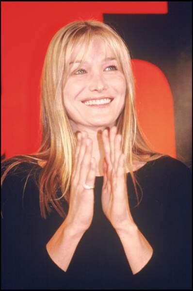 Carla Bruni et ses cheveux longs blonds, à Londres en 1995