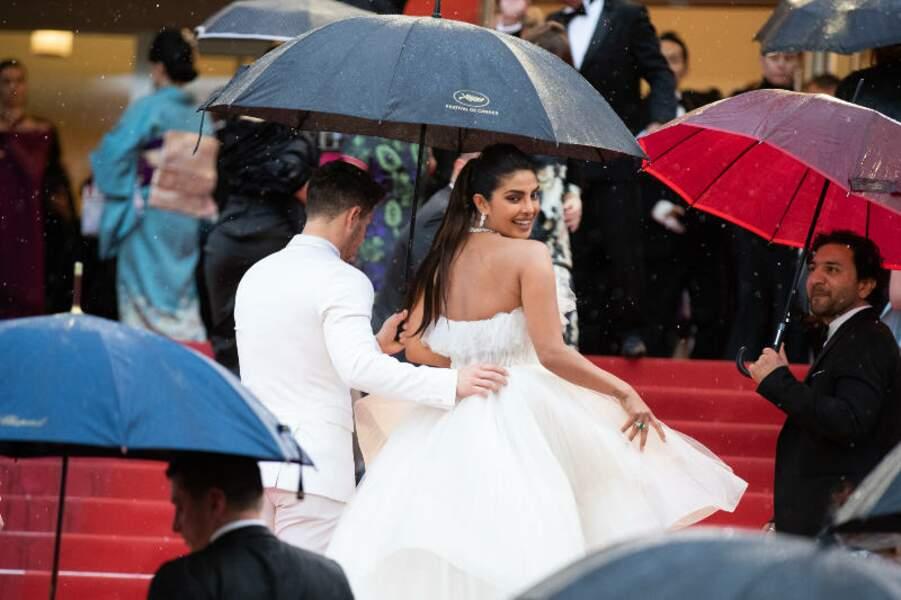 Les parapluies étaient de sortie pour la montée des marches de Nick Jonas et Priyanka Chopra