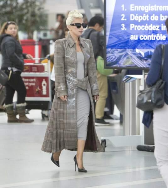 Lady Gaga fait confiance à Fendi pour un look ciré iconique.