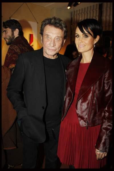 Laeticia version brune, coupe courte et mèche plaquée, au côté de Johnny Hallyday lors d'une soirée à Paris en 2011