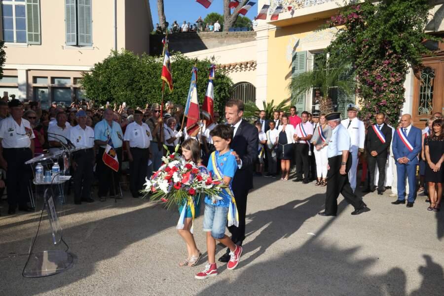 Accompagné de deux enfants, le président a déposé une gerbe de fleurs au pied du monument aux morts