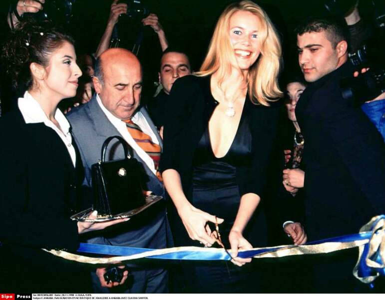 En 1998, Claudia Schiffer a beaucoup d'admirateurs à Ankara