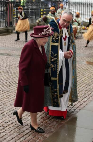 La reine Elizabeth II très chic tout en bordeaux