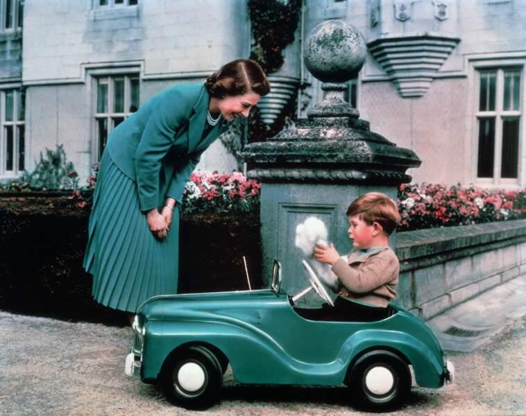 Elizabeth II avec son fils Charles, dans les jardins de Balmoral, en 1952
