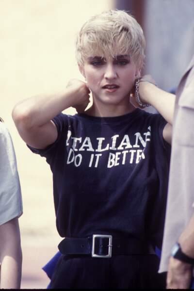 """Madonna et sa coupe pixie blond platine, sur le tournage de la vidéo de """"Papa Don't Preach"""" en 1986"""