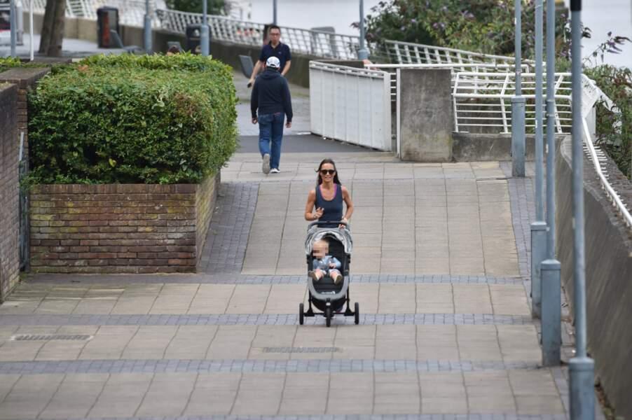 Pippa Middleton - qui a retrouvé la ligne - en promenade avec son petit Arthur, à Londres, le 6 août 2019.