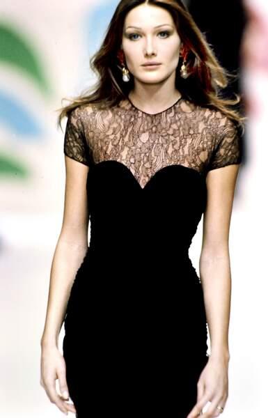 En robe fourreau à dentelle noire, lors d'un défilé Oscar de la Renta en 1993