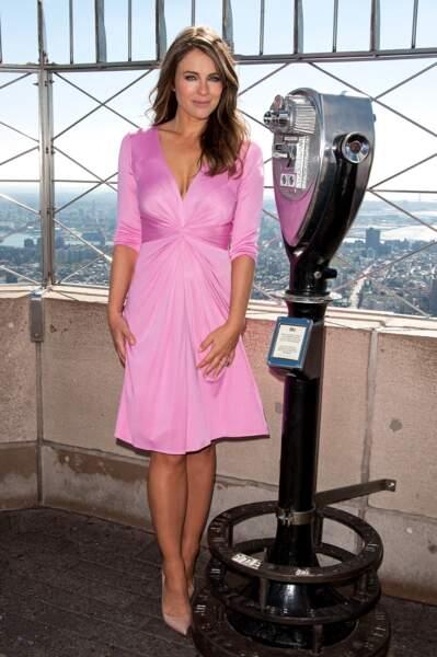 Elisabeth Hurley dans une robe Issa rose en octobre 2012