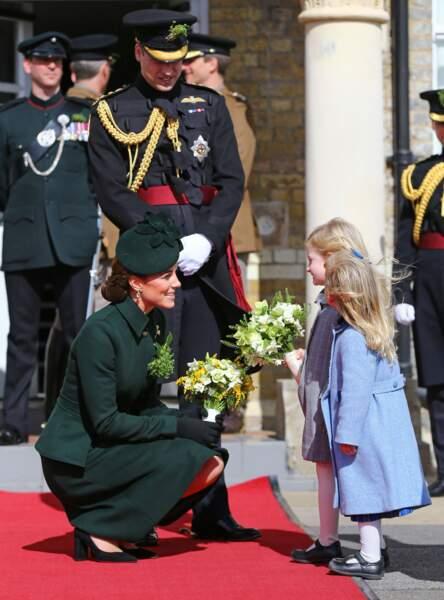 Kate Middleton et le prince William reçoivent un bouquet lors de la Saint Patrick à Hounslow à l'ouest de Londres.