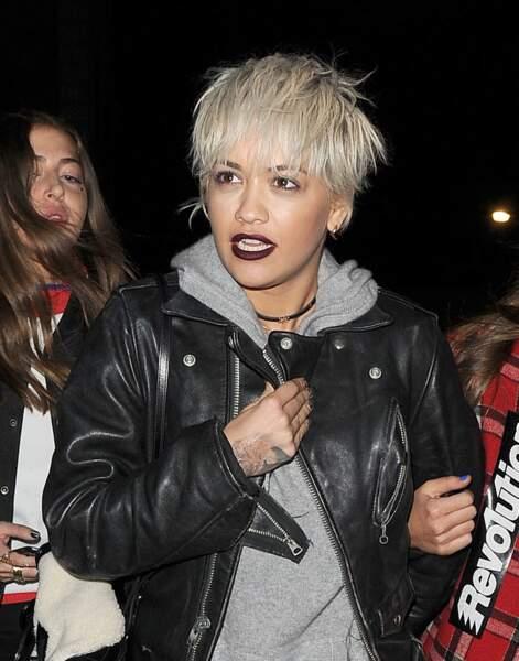 Rita Ora mise tout sur la frange coiffée décoiffée